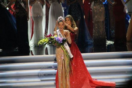 Iris Mittenaere Miss Universe 2016 crowns Demi-Leigh Nel-Peters Miss Universe 2017